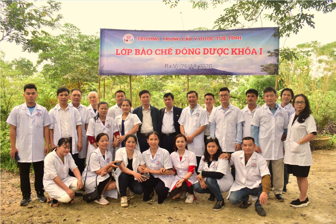 Trường TCYD Tuệ Tĩnh Hà Nội thực hiện chương trình thực địa tại vườn cây thuốc của Viện thuốc Nam