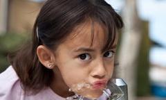 Trẻ em cần uống bao nhiêu nước một ngày là đủ?