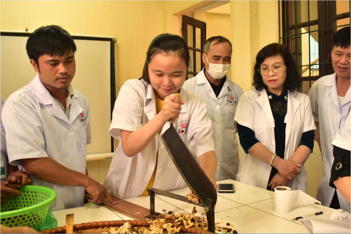 Hoạt ảnh quá trình giảng dạy và học tập của lớp Bào chế Đông dược (phục vụ kê đơn bốc thuốc) khóa I năm 2020