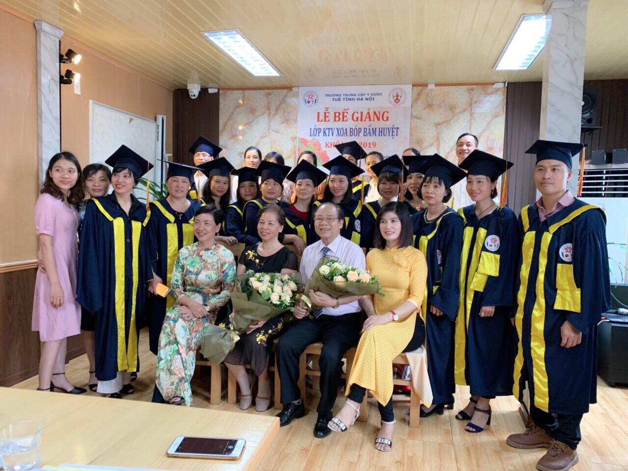 Bế giảng và trao chứng chỉ tốt nghiệp cho lớp KTV Xoa bóp – Bấm huyệt K4H năm 2019