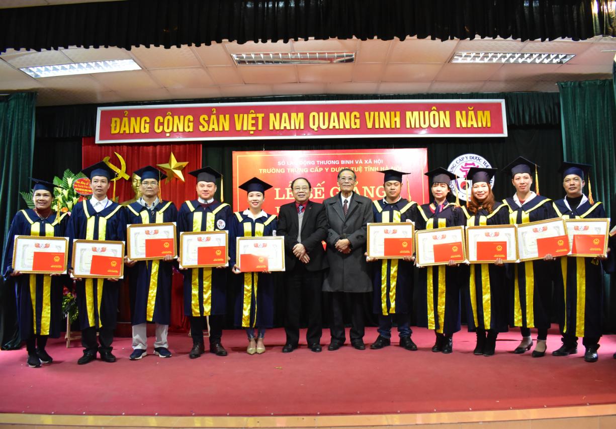 Lễ bế giảng và trao bằng tốt nghiệp tại trường Trung cấp Y dược Tuệ Tĩnh Hà Nội năm 2018