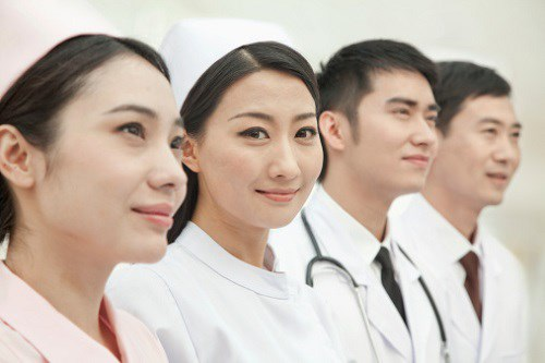 Chọn nghề bác sĩ hay điều dưỡng viên?