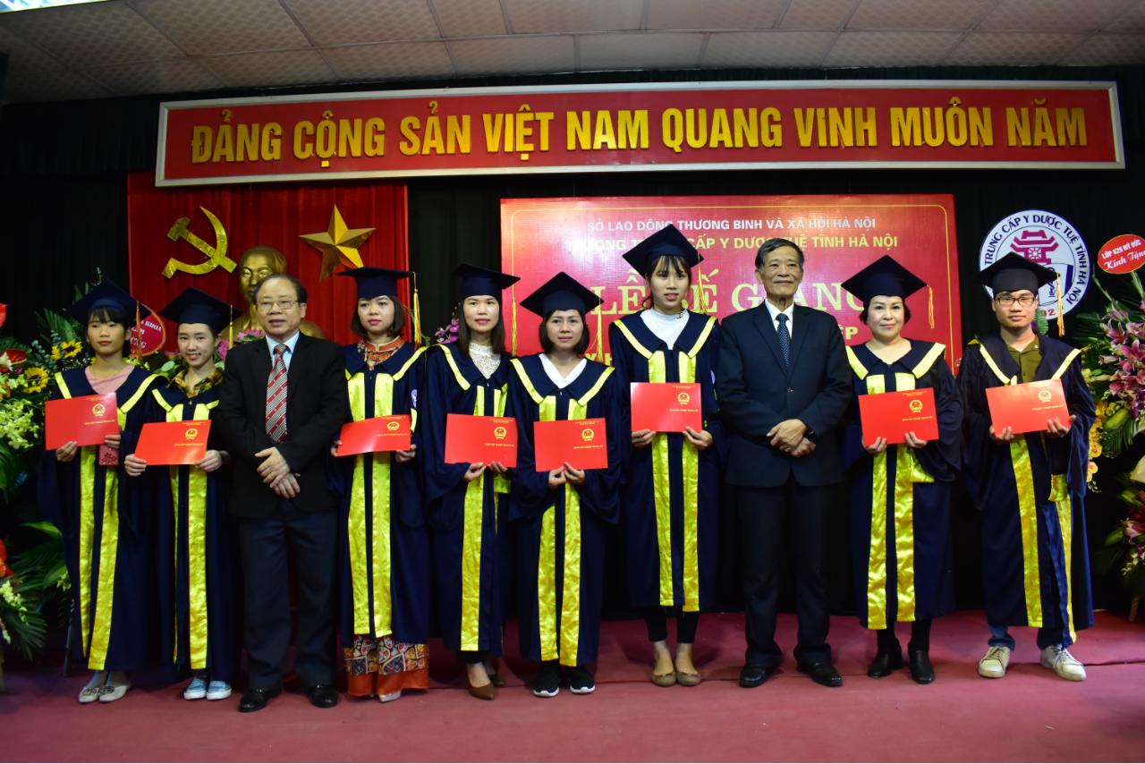 Lễ bế giảng và trao bằng tốt nghiệp Y sĩ Y học cổ truyền khóa học 2017 - 2019